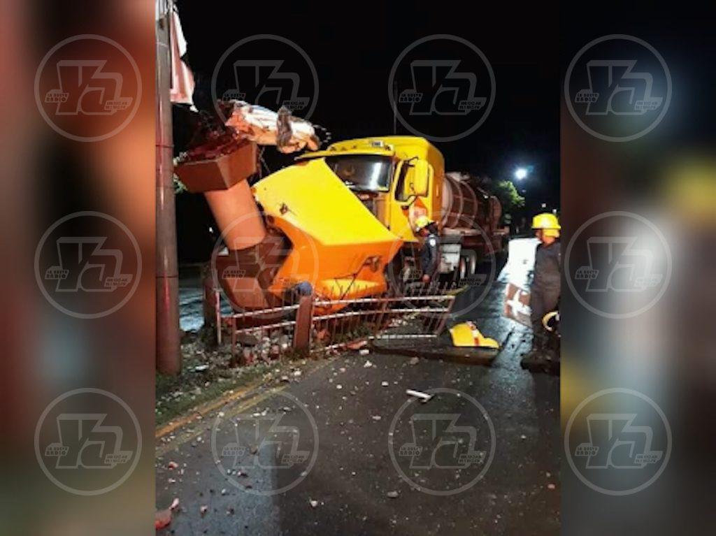 Un chofer se durmió al volante y destruyó la estatua de la Virgen María en Corinto