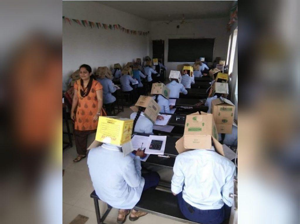 Una maestra colocó cajas en las cabezas de sus estudiantes para evitar que se copiaran en La India