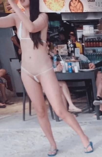 La multan por andar casi desnuda en playa Boracay, Filipinas