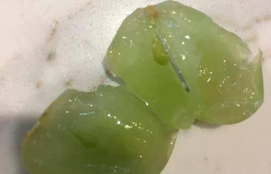 Encuentran aguja en uvas