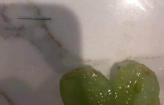 Mujer denuncia a supermercado Aldi por encontrar una aguja en sus uvas