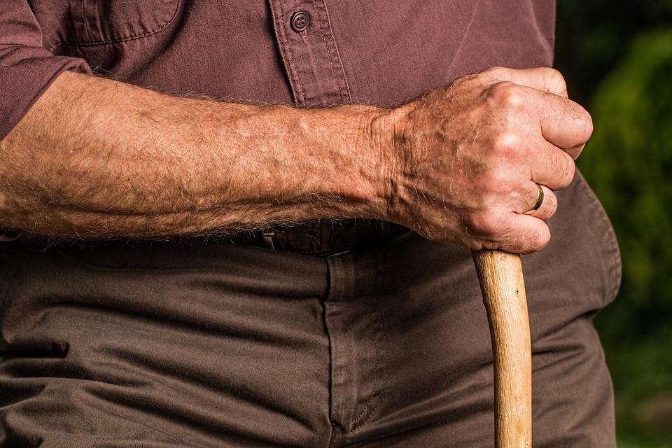 Anciano golpeado por su hijo