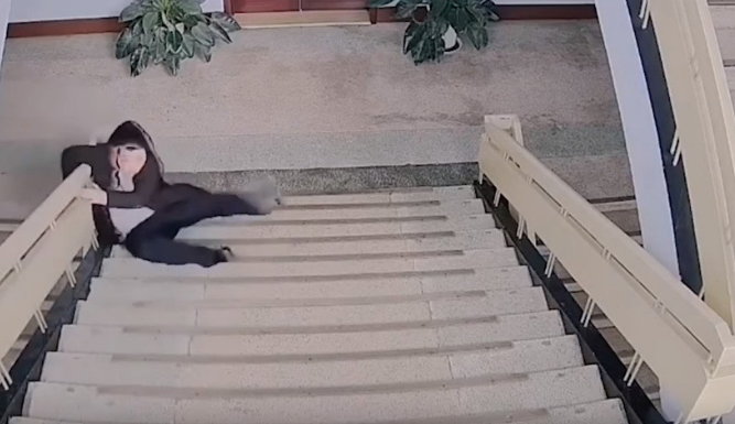 Policía cae de escaleras en China