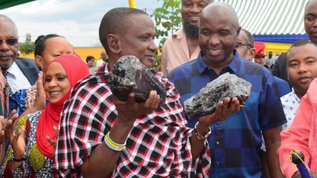 El minero Saniniu Laizer descubrió dos piezas de tanzanita y las vendió por 3.4 millones de dólares