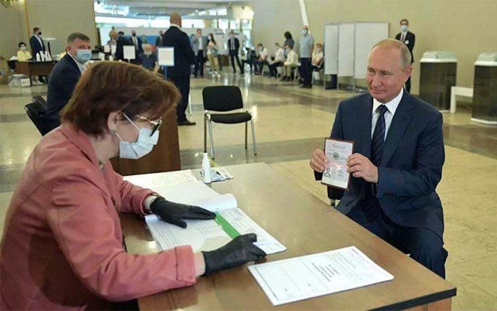 El Presidente Ruso Vladimir Putin votando en el Referendum Constitucional del 1 de julio de 2020. Foto cortesia Sputnik