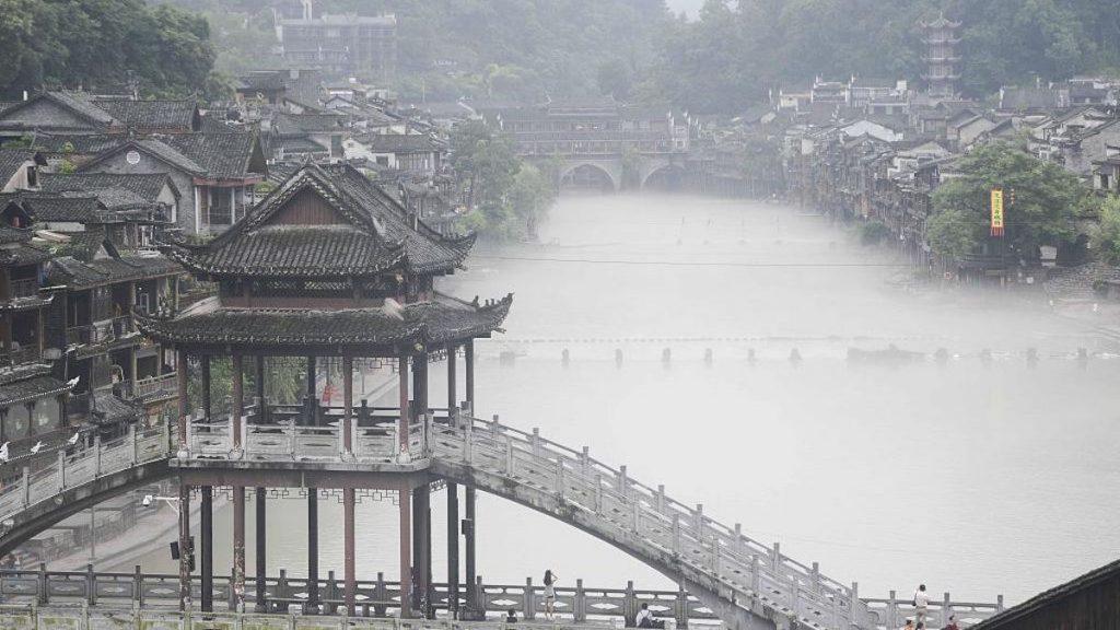 Después de las intensas lluvias se instaló una copiosa neblina en la ciudad antigua de Fenghuang, en China