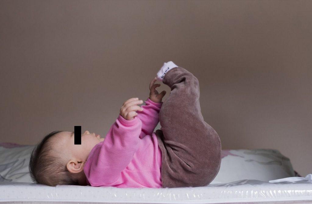 Bebé en la cama, imagen referencial
