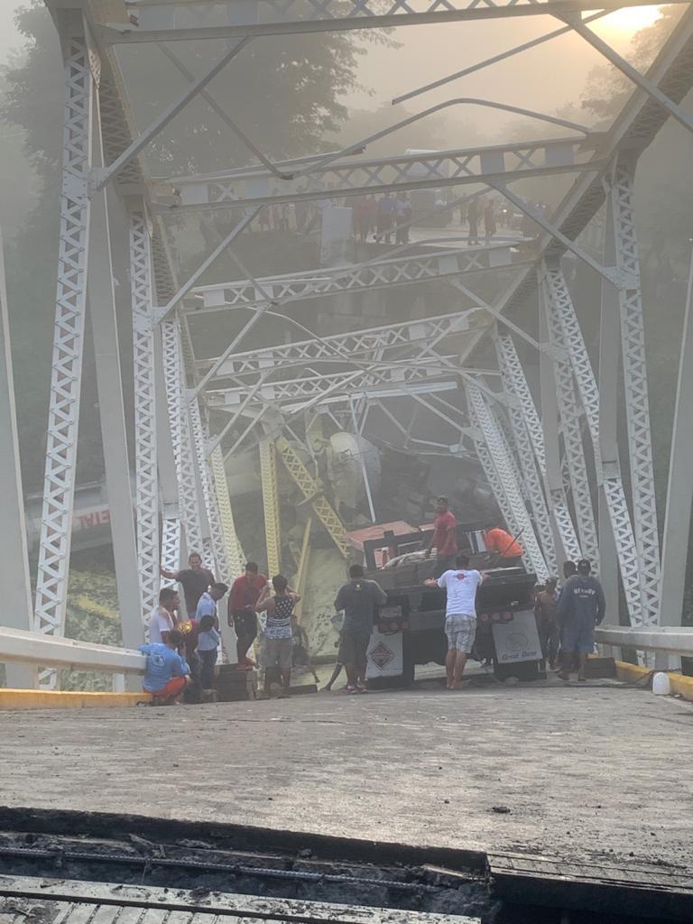 Camionero se estrella contra puente Cuisalá, en Comalapa y provoca su desplome