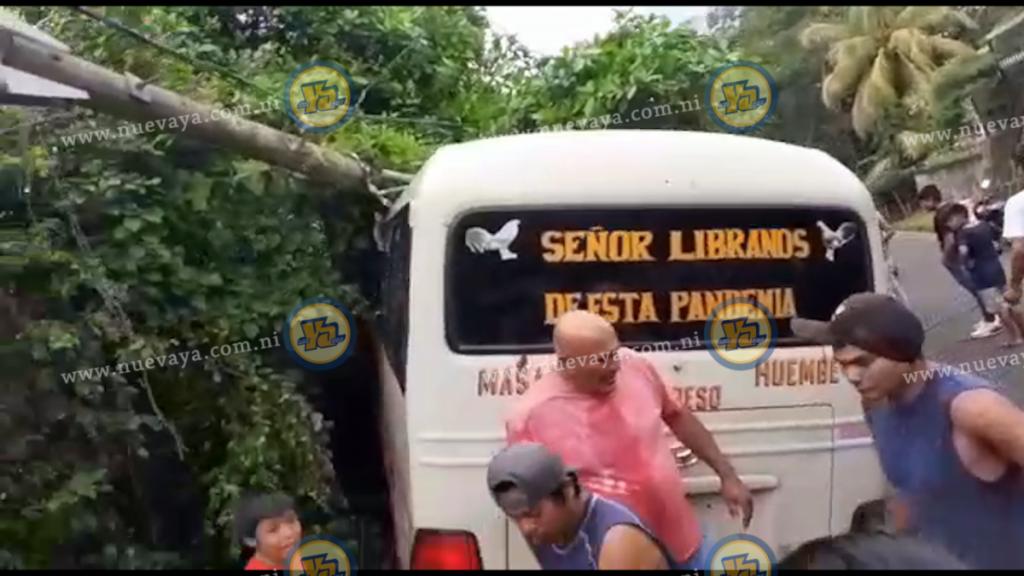Un microbús se accidentó en la carretera al Mirador de Nandasmo