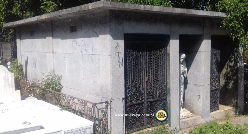 La imagen de Cristo vigila un mausoleo
