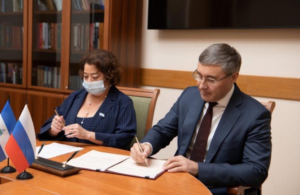 La embajadora de Nicaragua en Rusia Alba Azucena Torres Mejía y el Ministro de Ciencia y Educación Superior Valériy Falkov