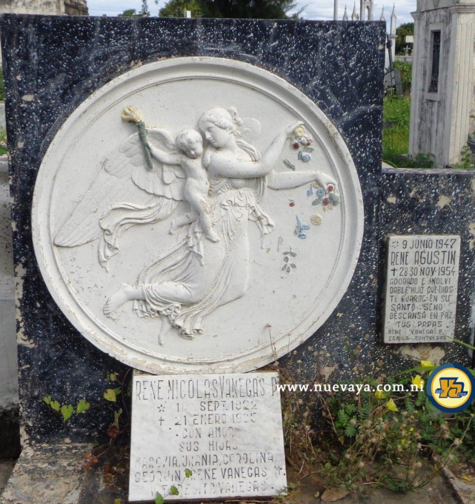 Medallón de una mujer (ángel) derramando flores en su ascenso mientras un niño que carga en su espalda lleva una antorcha en su mano