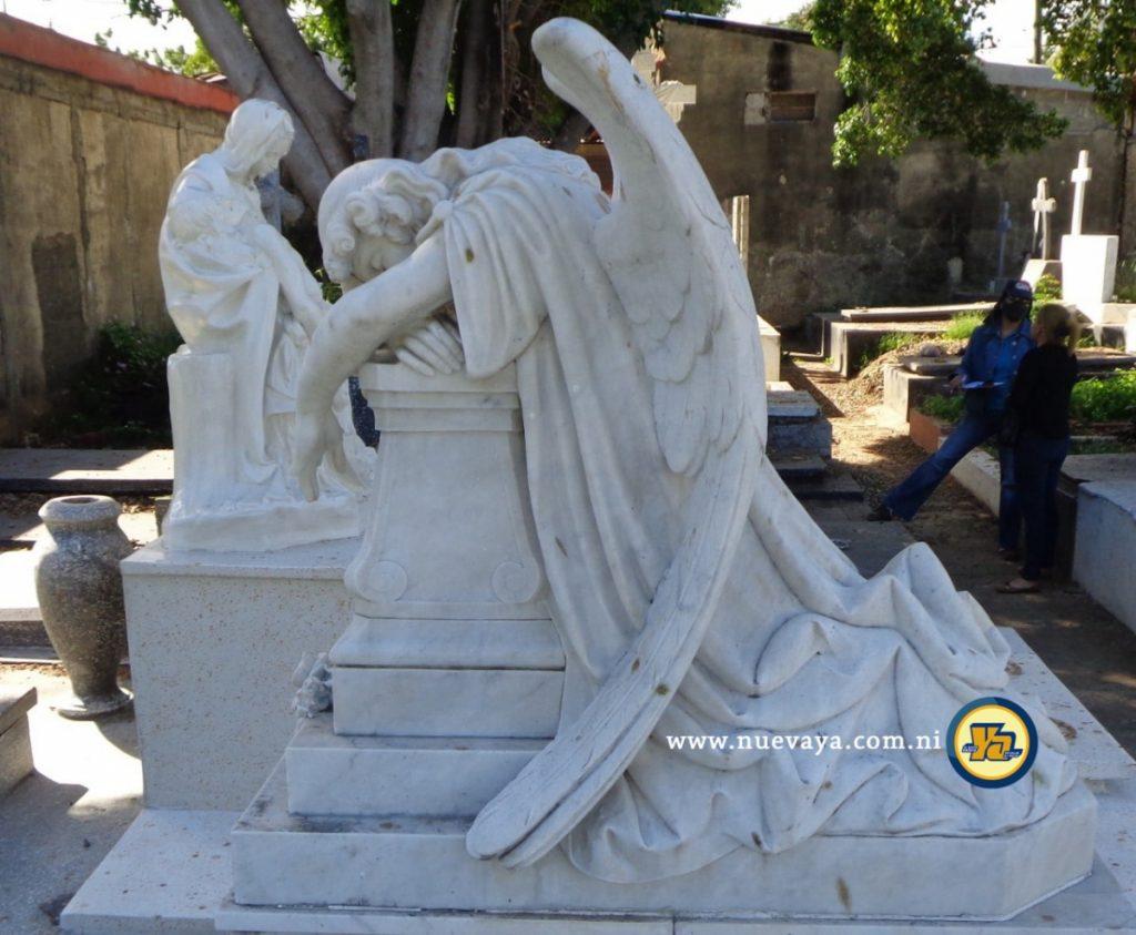 Un ángel yacente abatido sobre la tumba familiar