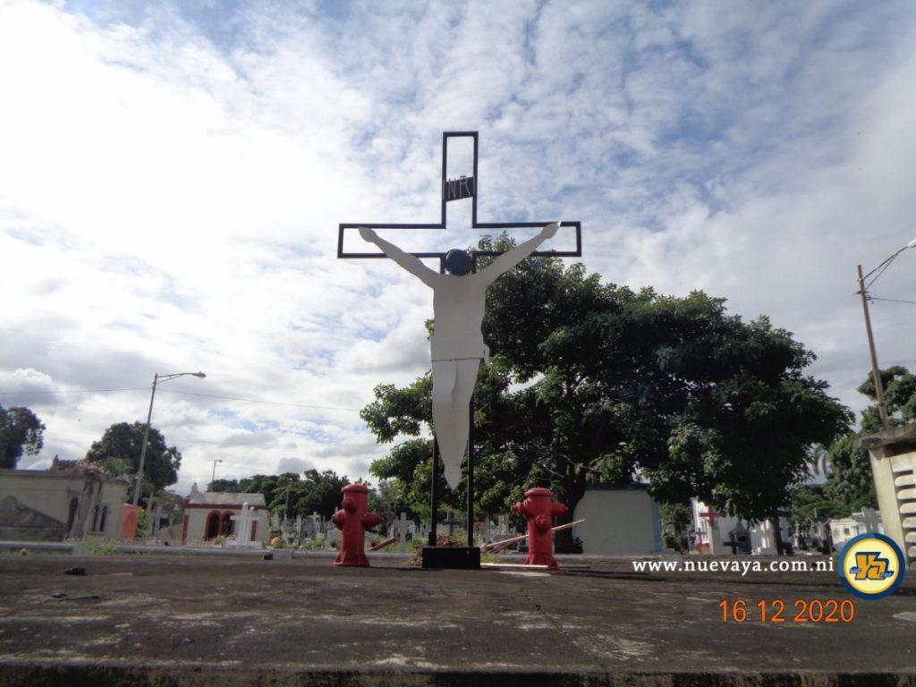 Una cruz escoltada por dos hidrantes, una tumba colectiva de bomberos de Managua