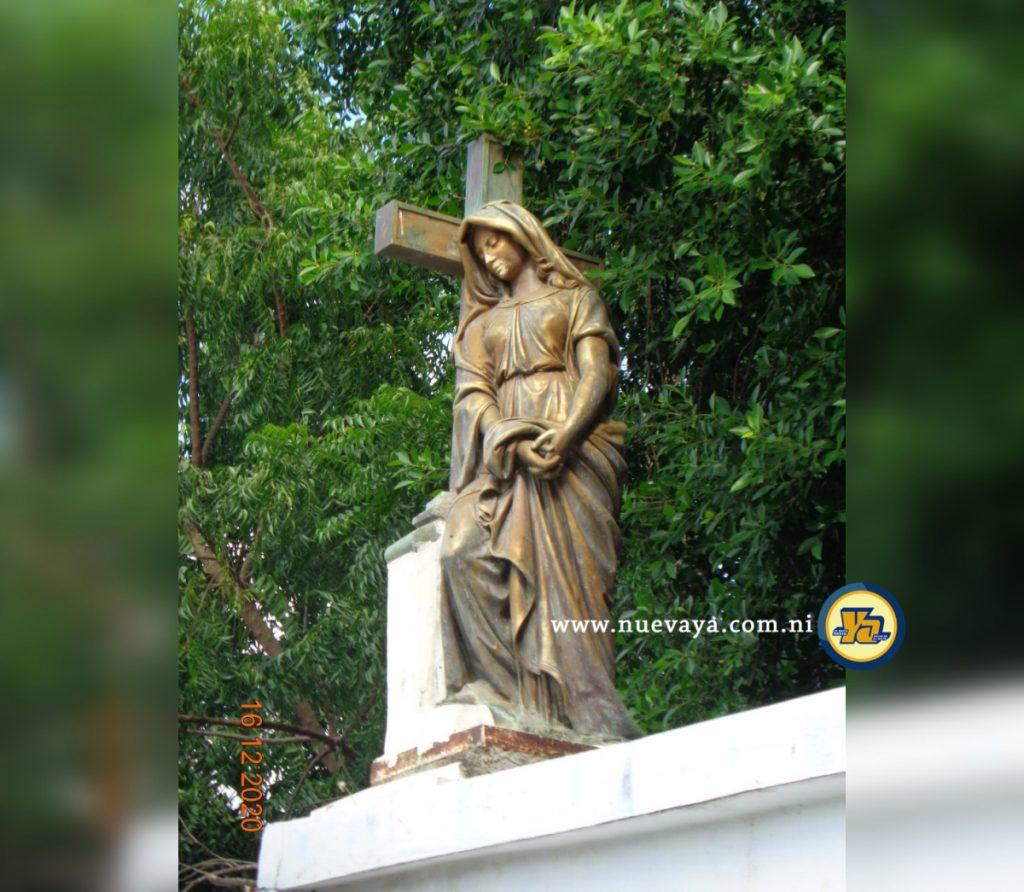 Escultura de una dama triste sosteniendo su vestido en el Cementerio General de Managua