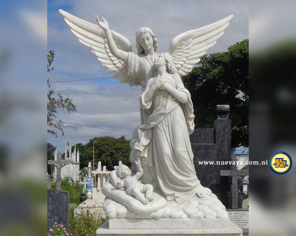 Escultura de un Ángel, la Mujer y el Niño