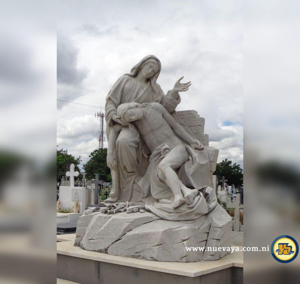 La Virgen María sosteniendo amorosamente la cabeza del Señor Jesús
