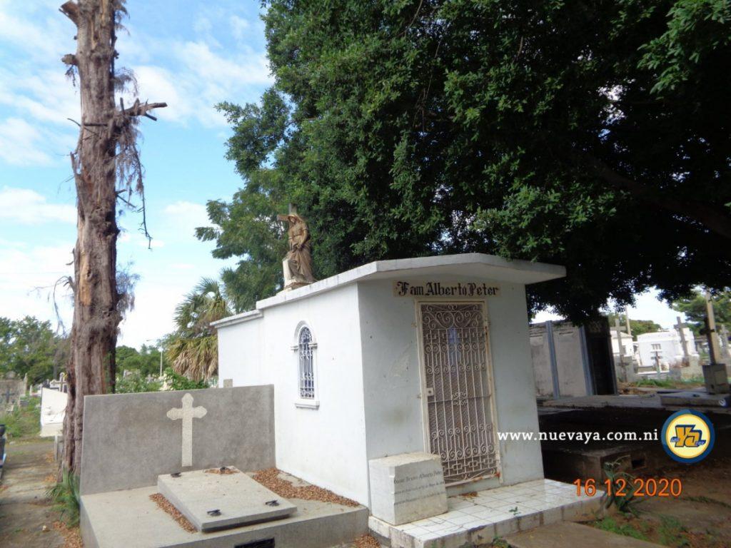 La dama triste sobre una cripta familiar