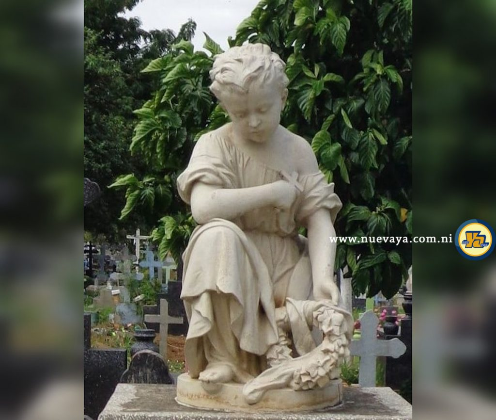 Exquisita representación de un niño triste viendo la tumba de un menor