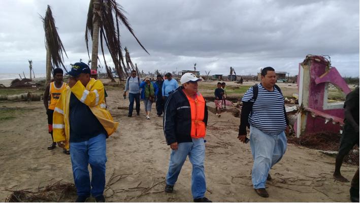 El Director del SINAPRED, doctor Guillermo González, visitó las comunidades Wawa Bar y Haulover, a fin de conocer directamente la experiencia de los comunitarios tras los huracanes Eta y Iota