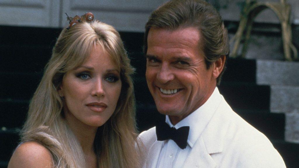 Tanya Roberts (Stacey Sutton ) junto a Robert Moore (James Bond)