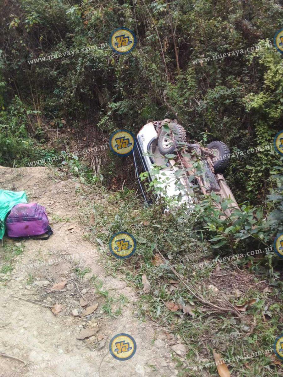 Esta camioneta cayó en un barranco dejando un saldo de un fallecido