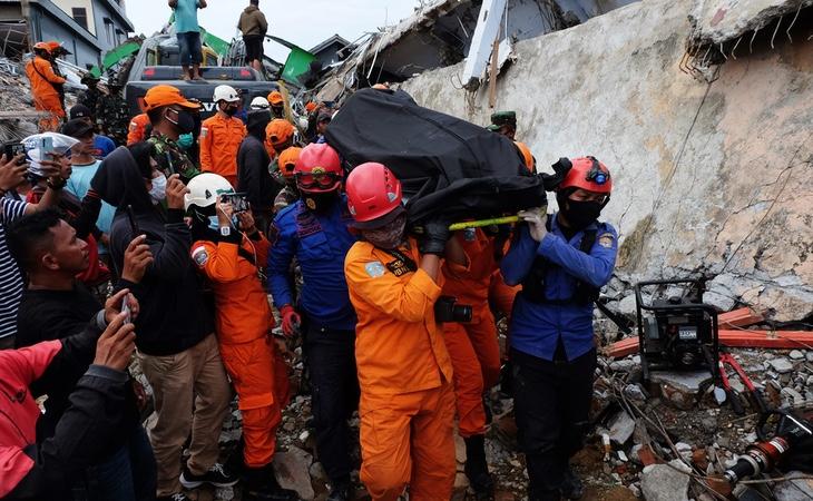 Sube a 46 cifra de fallecidos por terremoto en Indonesia