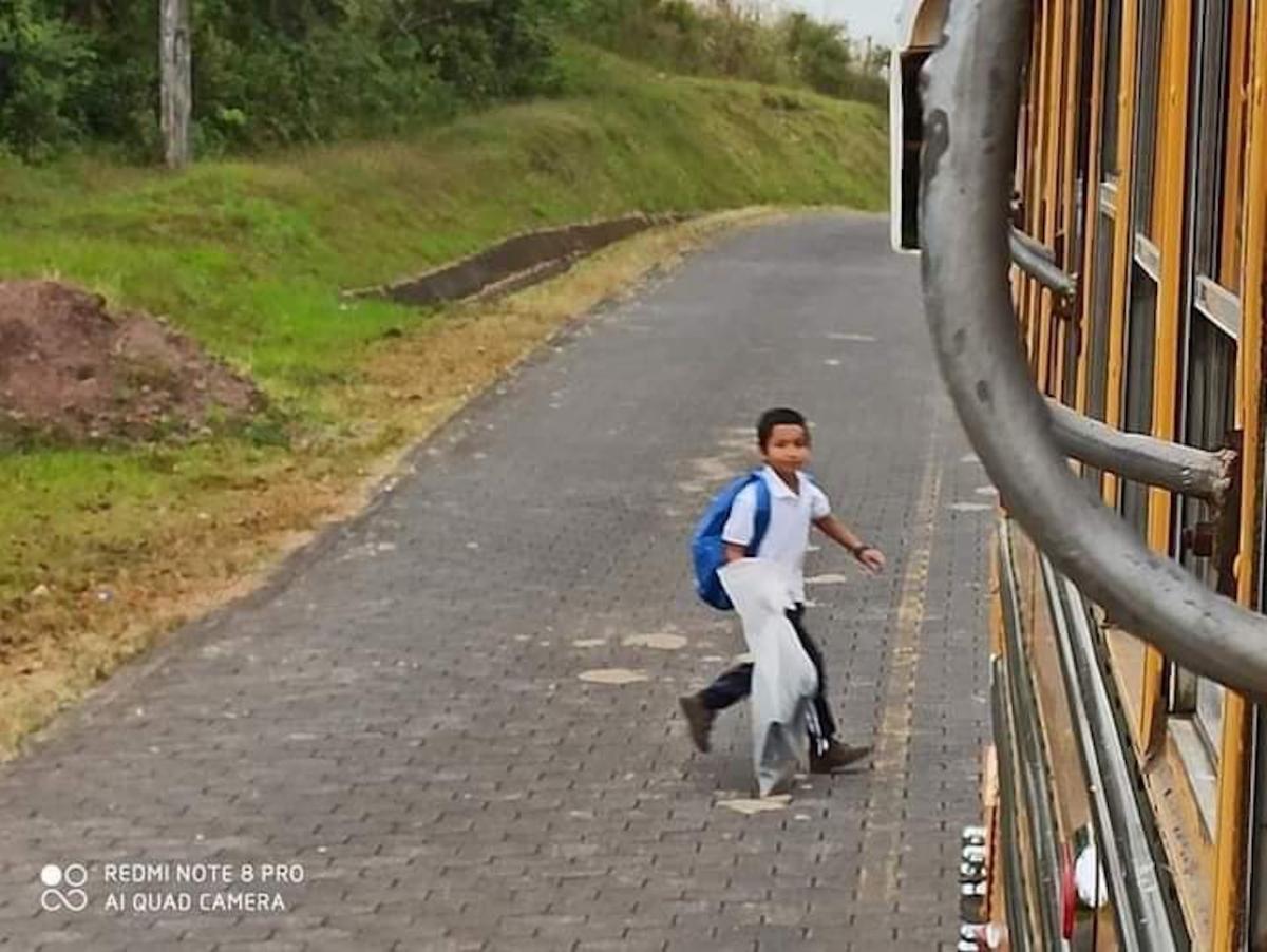 El niño diariamente camina cerca de 2 horas para poder abordar el bus que lo llevará a su colegio