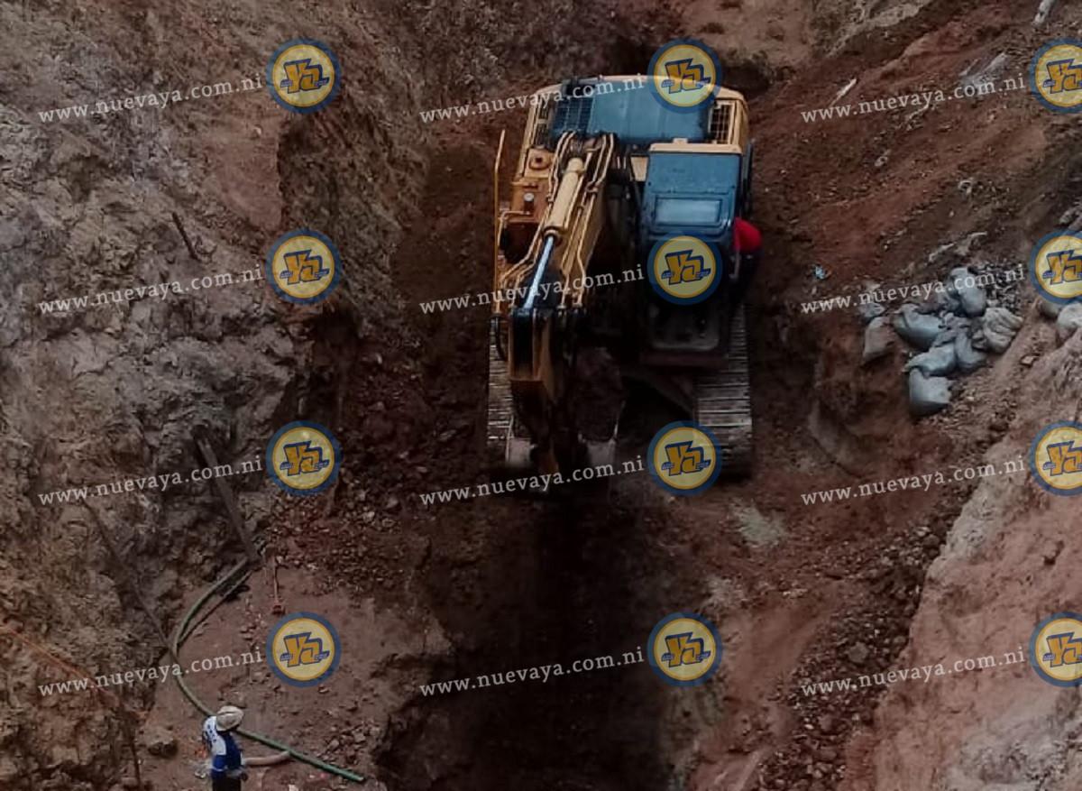Derrumbe deja dos güiriseros atrapados en túnel de minería artesanal, en Río San Juan