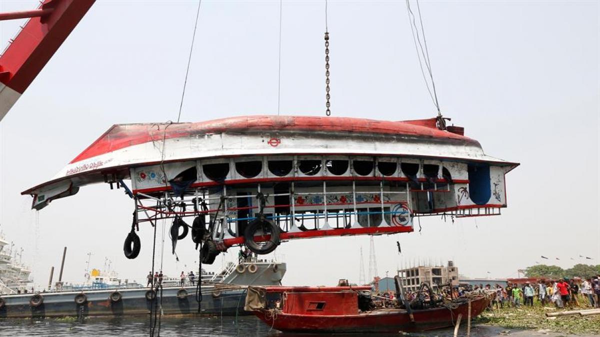 26 muertos al hundirse un barco en un río de Bangladesh