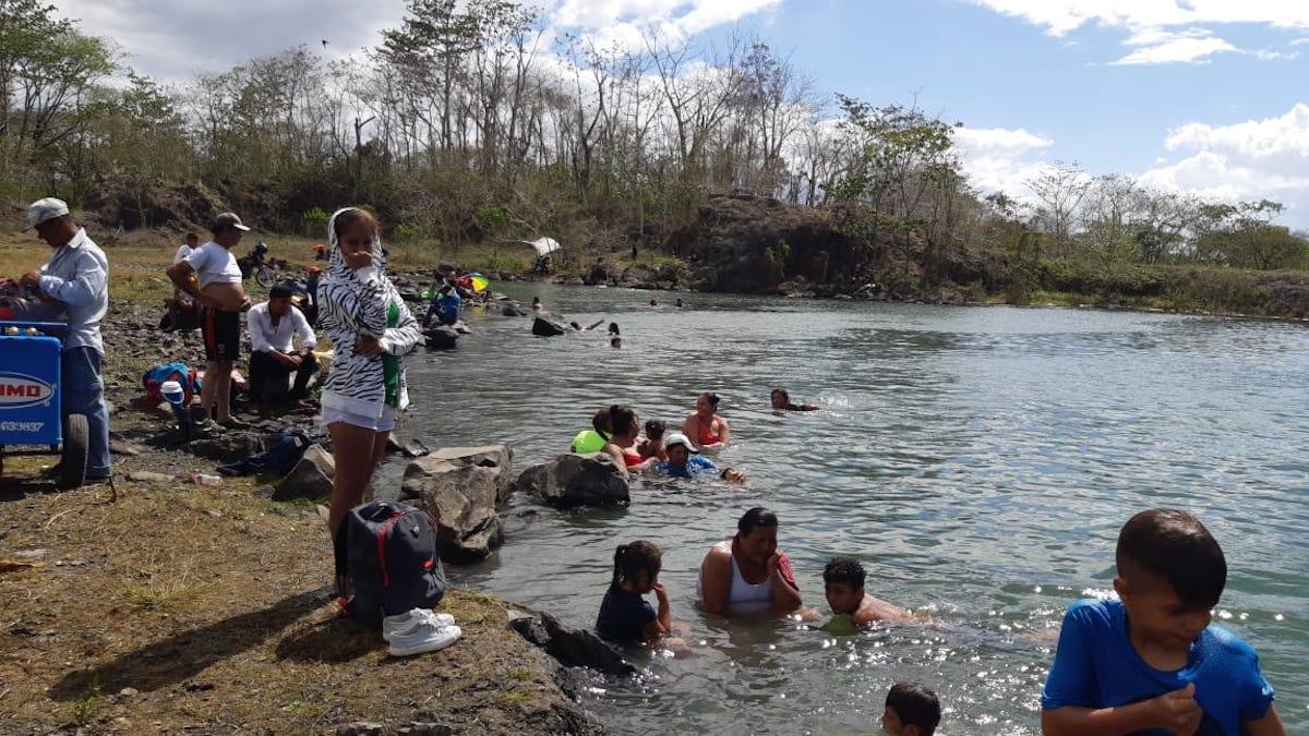 Familias disfrutan en la Posa El Tule, municipio de San Miguelito