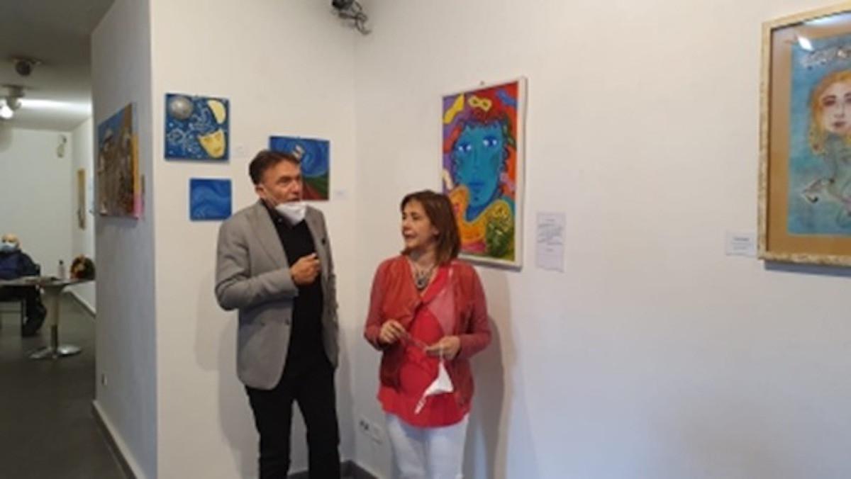 Cónsul Honorario Gerry Danesi con artista italiana Elena Tabarro.