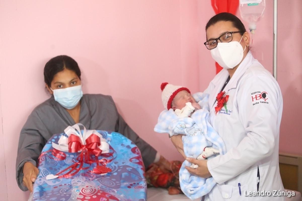 Damaris Raquel Urbina, su bebé Mario y la Doctora Carmen Cruz