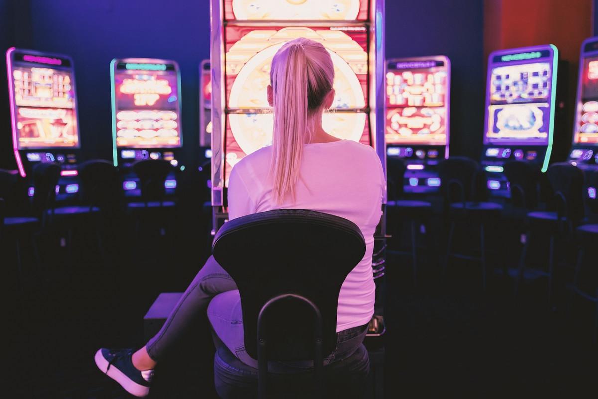 Imagen de una mujer en un casino. Foto referencial