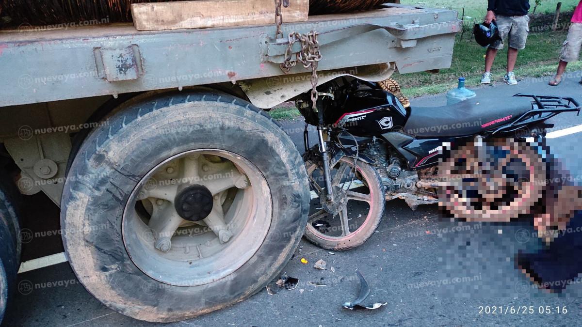 Dos jóvenes mueren al estrellarse en parte trasera de rastra entre La Paz Centro y Nagarote