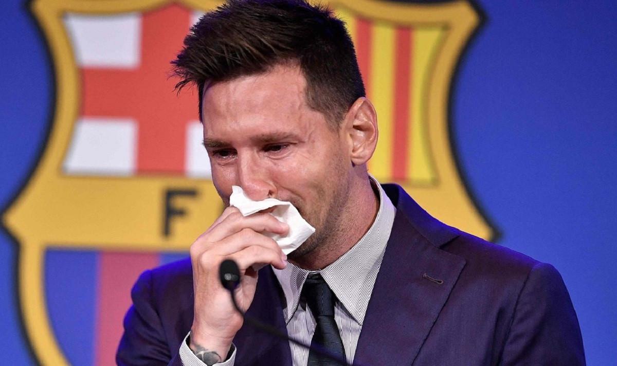 """Ponen a la venta el """"pañuelo con mocos"""" que uso Messi en su despedida del Barcelona"""