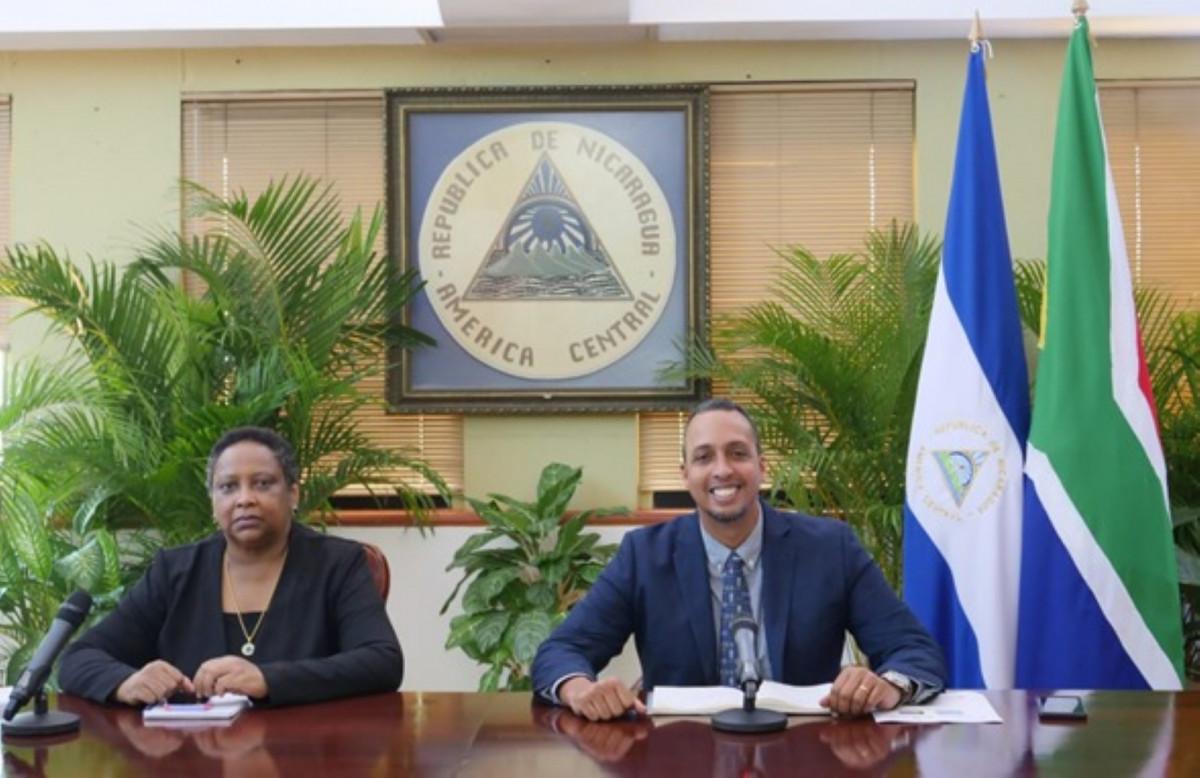Compañera Deborah Grandison, Asesora Jurídica del Ministerio de Relaciones Exteriores de Nica-ragua, y Compañero Michael Campbell, Ministro Asesor del Presidente de la República pa-ra las Relaciones Internacionales y el Gran Caribe
